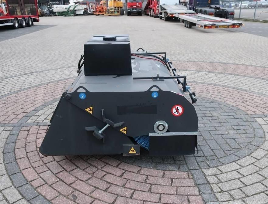 Máy vệ sinh mặt đường thi công